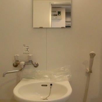 鏡もありますよ※写真は3階の同間取り別部屋のものです