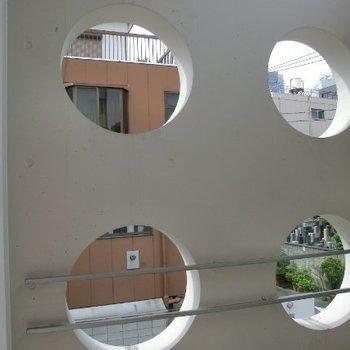 ここから覗くと、何が見えるのでしょう。(向かいのマンションです)※写真は3階の同間取り別部屋のものです
