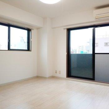 2面採光で気持ちのいい洋室だなぁ〜!※写真は8階同間取り別部屋のものです