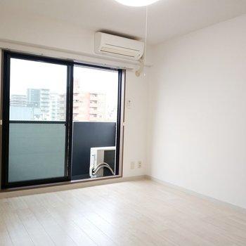6.6畳の洋室は1面採光です。寝室にどうぞ!※写真は8階同間取り別部屋のものです