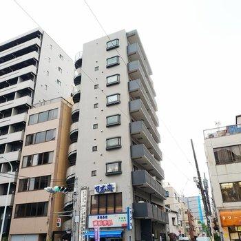 1階と2階はお寿司屋さん。帰りにテイクアウトもできますよ◎