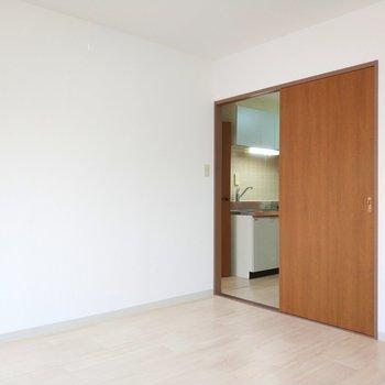 キッチンがチラリと見えます※写真は8階同間取り別部屋のものです