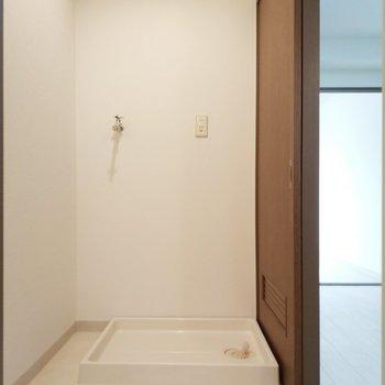 洗濯機と脱衣所は一緒にあるので便利!※写真は8階同間取り別部屋のものです