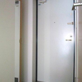 玄関はコンパクトに。鏡付きなので身だしなみもチェック♪※写真は通電前のものです・フラッシュを使用しています※写真は1階の同間取り別部屋のものです