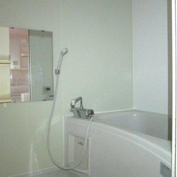 そして向かいは浴室になります。※写真は通電前のものです・フラッシュを使用しています※写真は1階の同間取り別部屋のものです