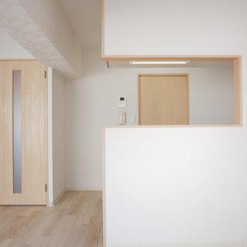 キッチンの背面の扉は脱衣室へつながります