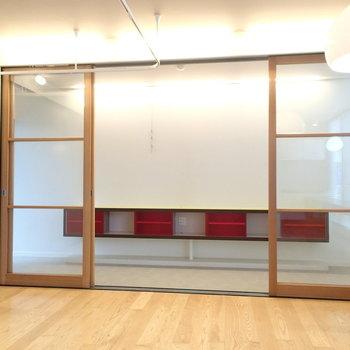 インナーテラスとはガラスの引き戸で仕切ります。※写真は1階の反転間取り別部屋です。