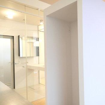 紫の柱は冷蔵庫置場です。※写真は1階の反転間取り別部屋です。