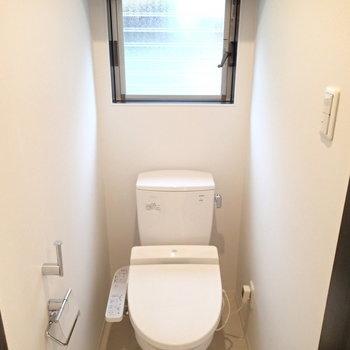トイレは窓に収納も付いていました。※写真は1階の反転間取り別部屋です。