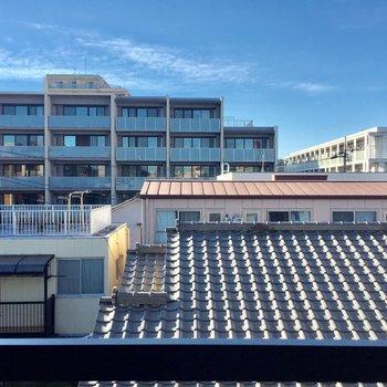 大きい窓からの眺望。いろいろなお家が見えます。