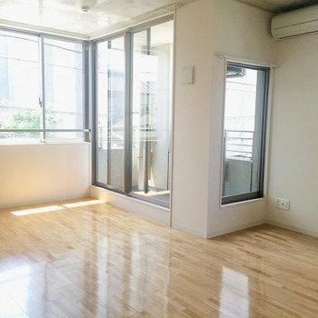 バルコニー側にも窓がたくさんあります※写真は別部屋のものです。