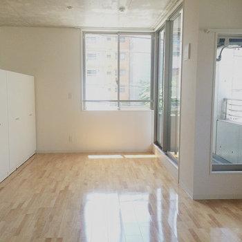 収納は可動式※写真は別部屋のものです。
