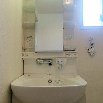 洗面所に窓があるのはうれしいですね!※写真は別部屋のものです。