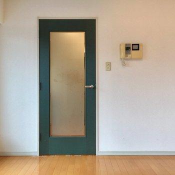 モスグリーンの扉がステキ