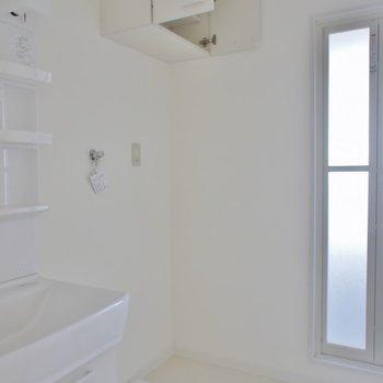 洗濯置場の上には、棚も完備