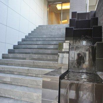 水が流れるエントランス