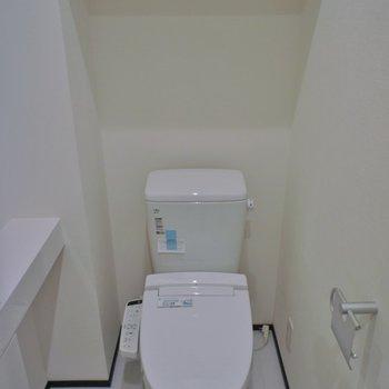 トイレは棚もあって