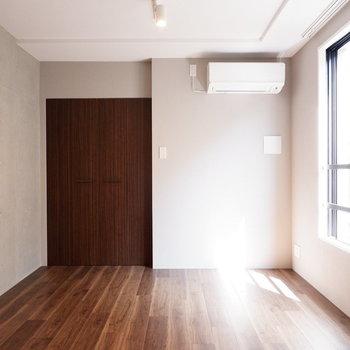【7.4帖洋室】ゆったり寝室ですね。ベッド以外にデスクなども置けそう。