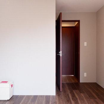 【6.2帖洋室】ブラウンで落ち着いた雰囲気に。