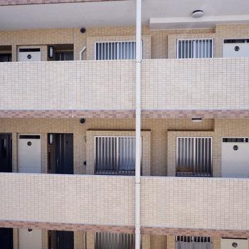 もう1面の窓も建物が。