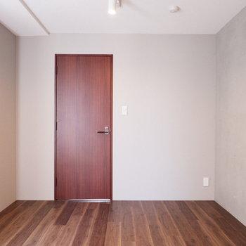 【7.4帖洋室】1面だけコンクリートになっています。