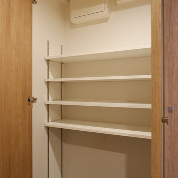 シューズボックスは棚間隔を調整できるようになっていました。