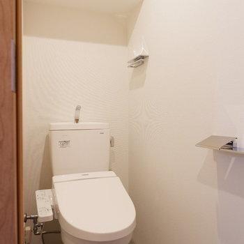 トイレ上には棚が。