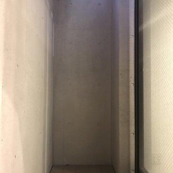 地下にもベランダっぽいのが。倉庫として使えそう