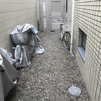 こちらは駐輪所。屋根がありません