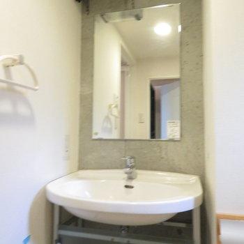 収納は少ないですがシンプルな洗面台※写真は3階の同間取り別部屋のものです
