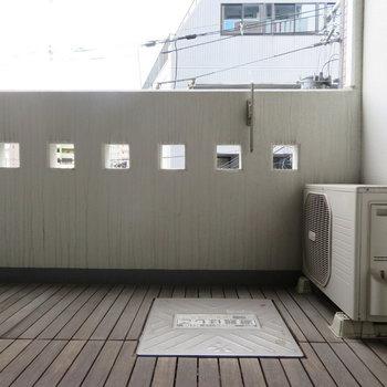 ウッドデッキのようなバルコニー※写真は3階の同間取り別部屋のものです