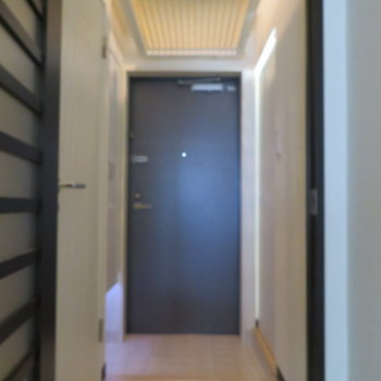 玄関は普通かな※写真は3階の同間取り別部屋のものです