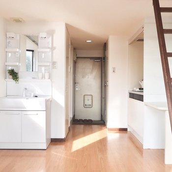 洗面台はお部屋に。自然光の下で身支度できるっていいね◎(※写真はモデルルームです)