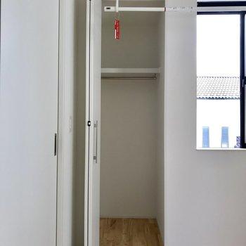 洋室のクローゼット。一人用には十分。※写真は通電前のもの
