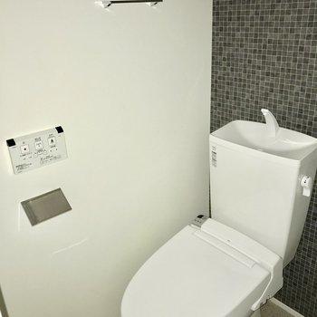 トイレにタオル掛けがあるのは嬉しいですね※写真は通電前のもの