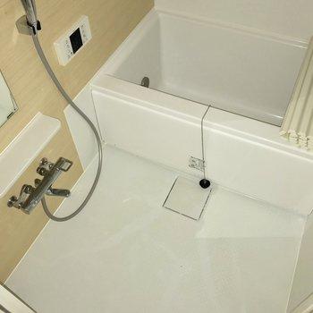 落ち着いた浴室※写真は通電前のもの