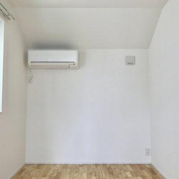 お次は洋室。こちらにもエアコンが付いています※写真は通電前のもの