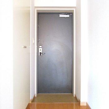 玄関はコンパクトに。※写真は前回募集時、通電前のものです