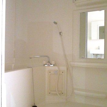 向かいは浴槽になります。※写真は前回募集時、通電前のものです
