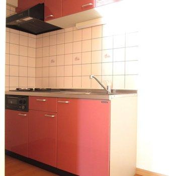 キッチンはイチゴジャムのような色合い♬※写真は前回募集時、通電前のものです