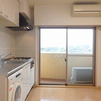 大きな窓。眺望が気になる!※写真は8階の同間取り別部屋のものです