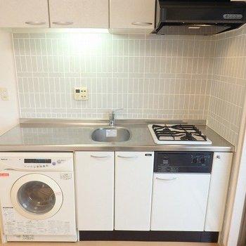 キッチンは二口コンロです。作業スペースも広いですね。※写真は8階の同間取り別部屋のものです