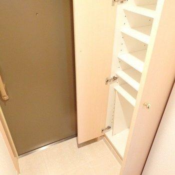 シューズクローゼットも天井まであります。※写真は8階の同間取り別部屋のものです