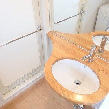 木を使用した洗面台はやっぱり落ち着く。※写真は8階の同間取り別部屋のものです