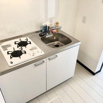 2口コンロ!奥のスペースは狭いので、食器棚などを置くのがいいですね。※写真は1階の同間取り別部屋、前回募集時のものです