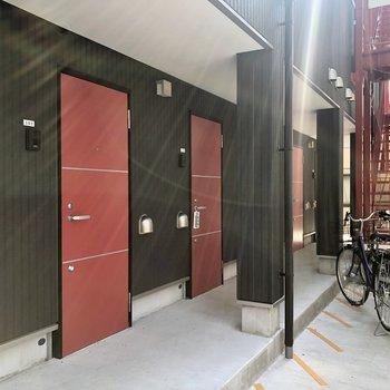 黒い壁に赤いドアが印象的!※写真は1階の同間取り別部屋のものです