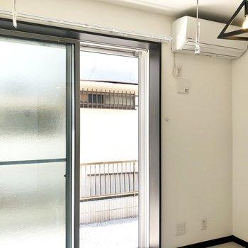 窓はすりガラスですよ。※写真は1階の同間取り別部屋、前回募集時のものです