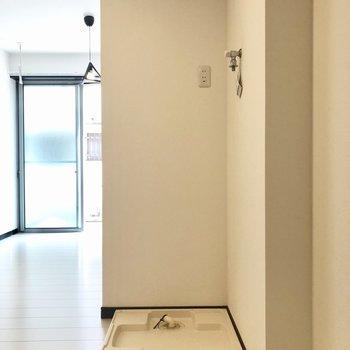 キッチンの向かいに洗濯パンがあります。冷蔵庫は洗濯パンの横に。※写真は1階の同間取り別部屋、前回募集時のものです