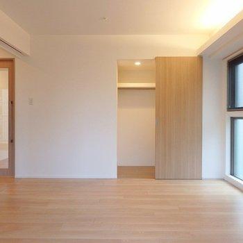 洋室①:収納はWIC※写真は同間取り別部屋のものです。