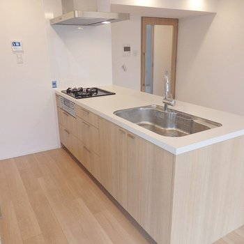 3口グリル付き。調理スペースも、ゆったり♪※写真は同間取り別部屋のものです。
